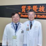 放射治療醫事技術主任葉建一(左)與放射腫瘤科主任張東杰(右)