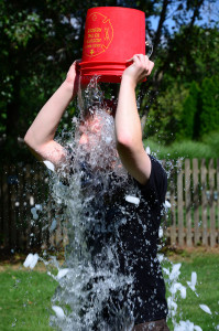 By slgckgc - Doing the ALS Ice Bucket Challenge, CC BY 2.0, https://commons.wikimedia.org/w/index.php?curid=34806233