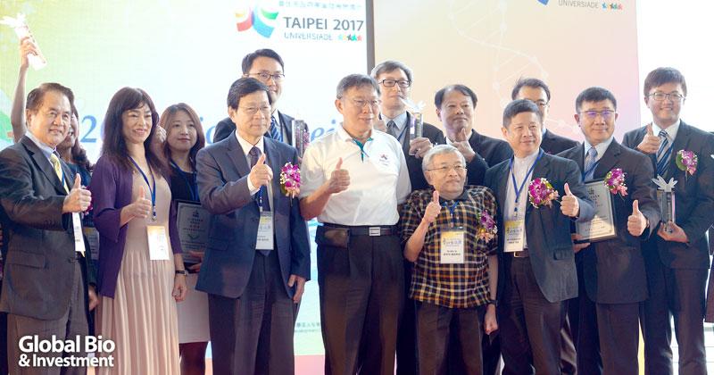 臺北市市長柯文哲( 中) 與本屆得獎者合影。(攝影/林嘉慶)