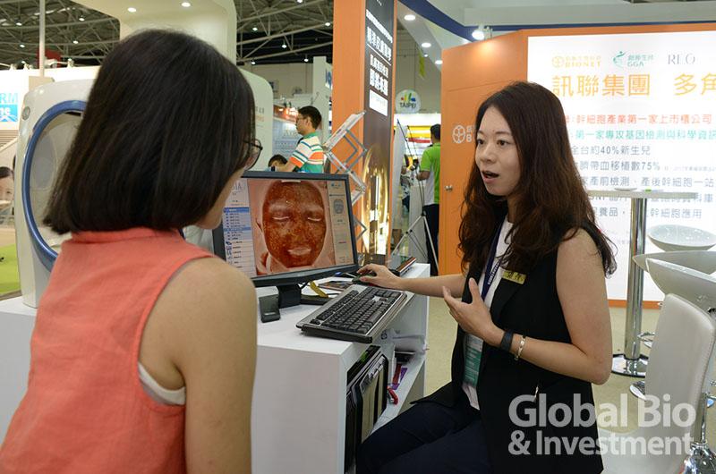 為讓民眾搶先體驗精準皮膚醫學,訊聯特於生技展現場搬來「RE.O忠孝店」的鎮店之寶-「VISIA高階數位肌膚檢測儀」智能儀器。(圖/林嘉慶)