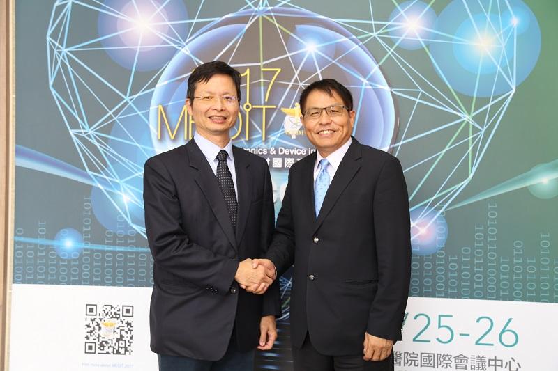 工研院生醫所所長林啟萬(左)與佳世達醫療事業群總裁楊宏培(右)合照(資料照片由工研院提供)