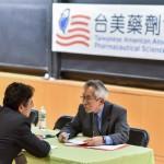台美藥劑協會會長高龍榮博士(右)擔任面試官。(圖片提供:台美藥劑協會)