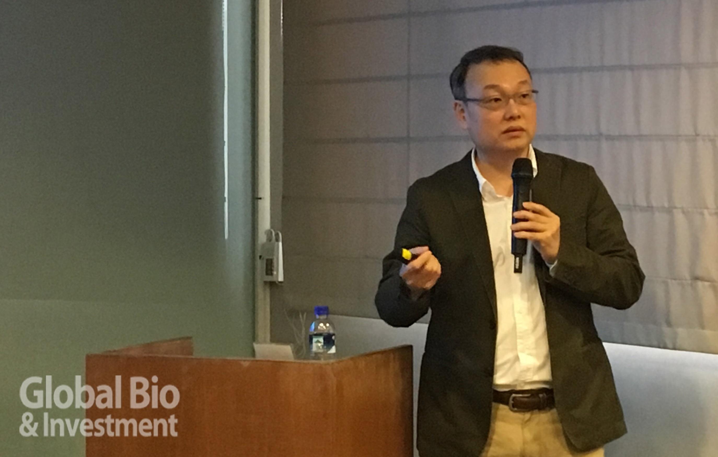 郭紘志副研究員闡釋環形RNA如何作為開關,調控多能性幹細胞。(圖/本刊資料中心)