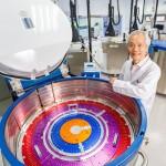 生寶生物科技董事長章修綱與幹細胞智能儲存槽(圖/生寶生技)