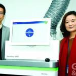 基龍米克斯總經理徐玉君(右)表示,公司持續在『婦幼健康』及『癌症』精準醫學用藥兩大方向深耕,圖左為董事長游卓遠。