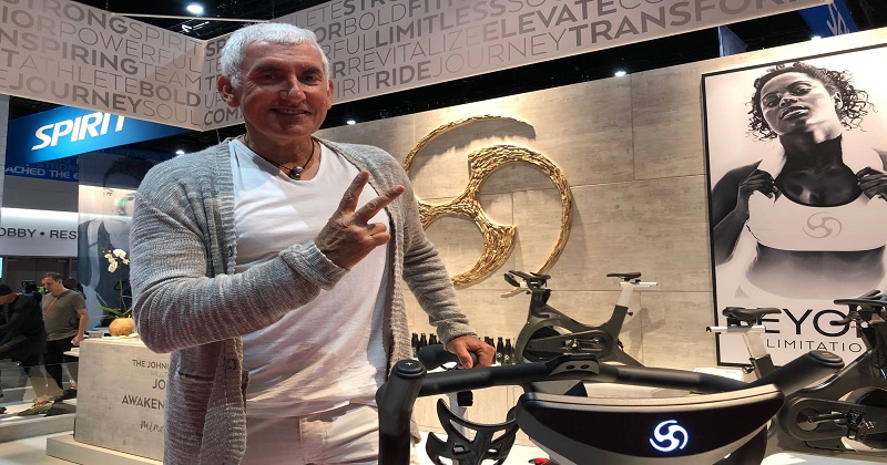 (圖說)岱宇國際(1598)旗下SPIRIT品牌與「飛輪之父」Johnny G共同研發新款飛輪產品,正式於美國最大國際健身器材貿易博覽會(IHRSA)亮相,並同步推出搭配新飛輪產品之影片教學課程,以搶攻美國、歐洲等商用健身俱樂部、精品健身房等商用健身市場通路。