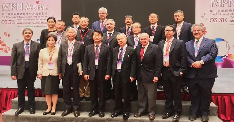 圖說:MPN Asia 2018在杭州盛大舉辦,與會講者皆為國際權威。(由左至右依序為,前排:Jean-Jacques kiladjian, Lee-Yung Shih, Pei-Jer Chen, Jong-Jin Seo, Dong-Tsamn Lin, Richard Silver, John Madcarenhas, Ruben Mesa;中間:Zhi-Jian Xiao, Jian Xiang Wang, Robert Kralovi