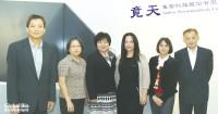 竟天生技董事長兼總經理王藹君(左3)立志帶領竟天成為國際前十大新劑型專業公司。