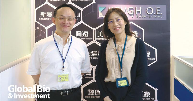 高雄榮總研創中心創新長楊宗龍(左)與副主任陳維聆(右),背後的入口牆上掛有不少合作單位的logo。
