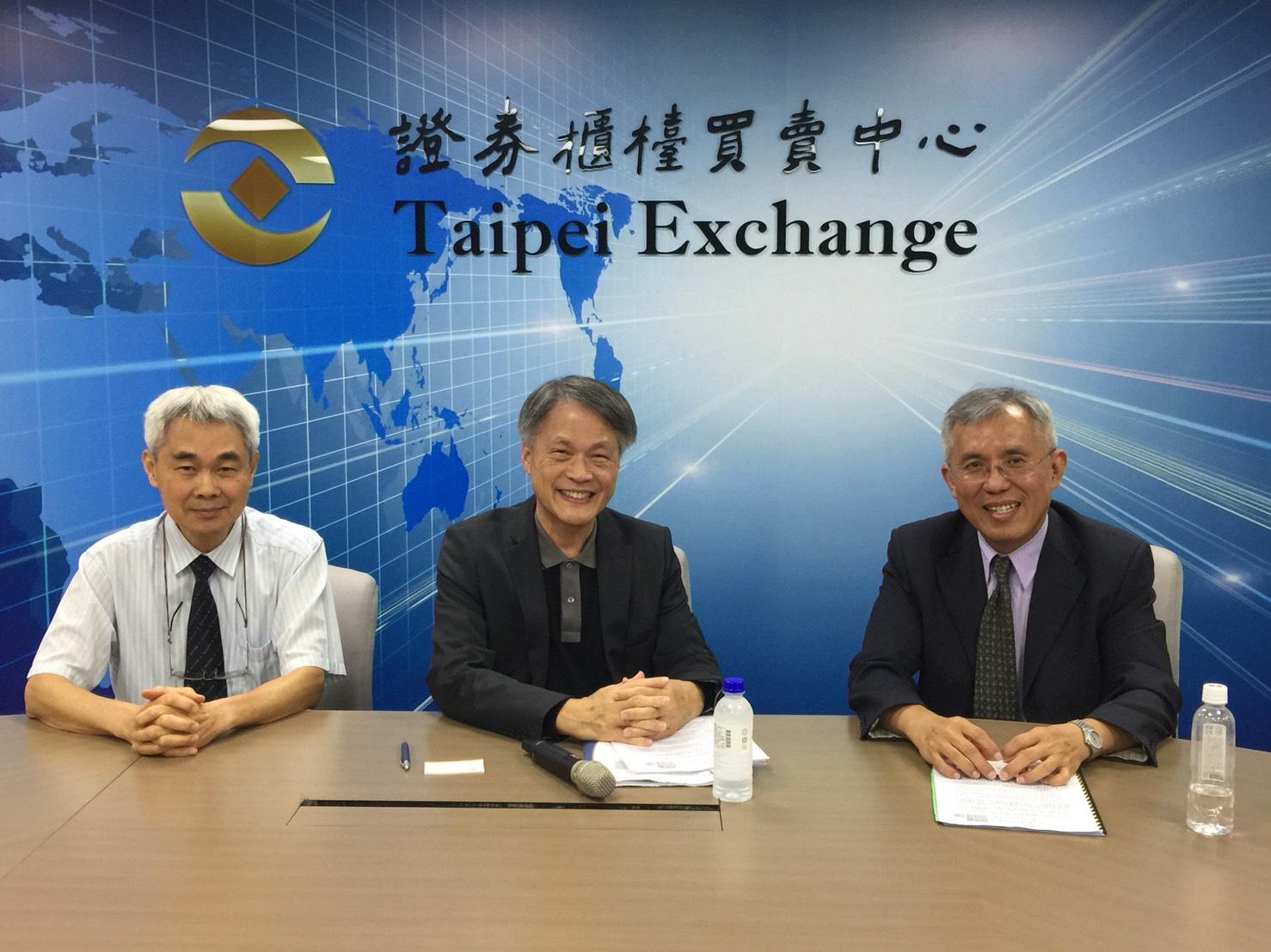 健如總經理林建龍(左)、健如、華宇藥董事長陳正(健亞董事長)(中)、華宇藥總經理林亮光(右)。