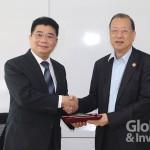 順藥董事長蔡長海(右)與安美得生醫總經理王耀乾(左)簽訂長效止痛針劑東南亞授權合約。
