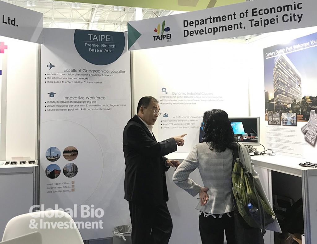 北市府在展區展示推動中的生技產業聚落發展藍圖。