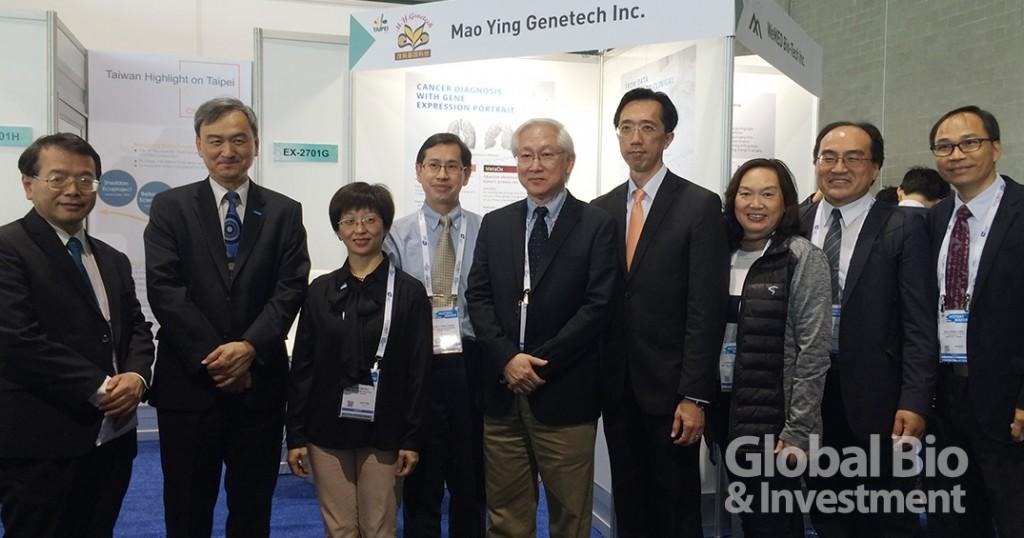 行政院政務委員吳政忠( 左五)、科技部次長蘇芳慶( 左 二) 及代表團成員在臺北市展區前合影。