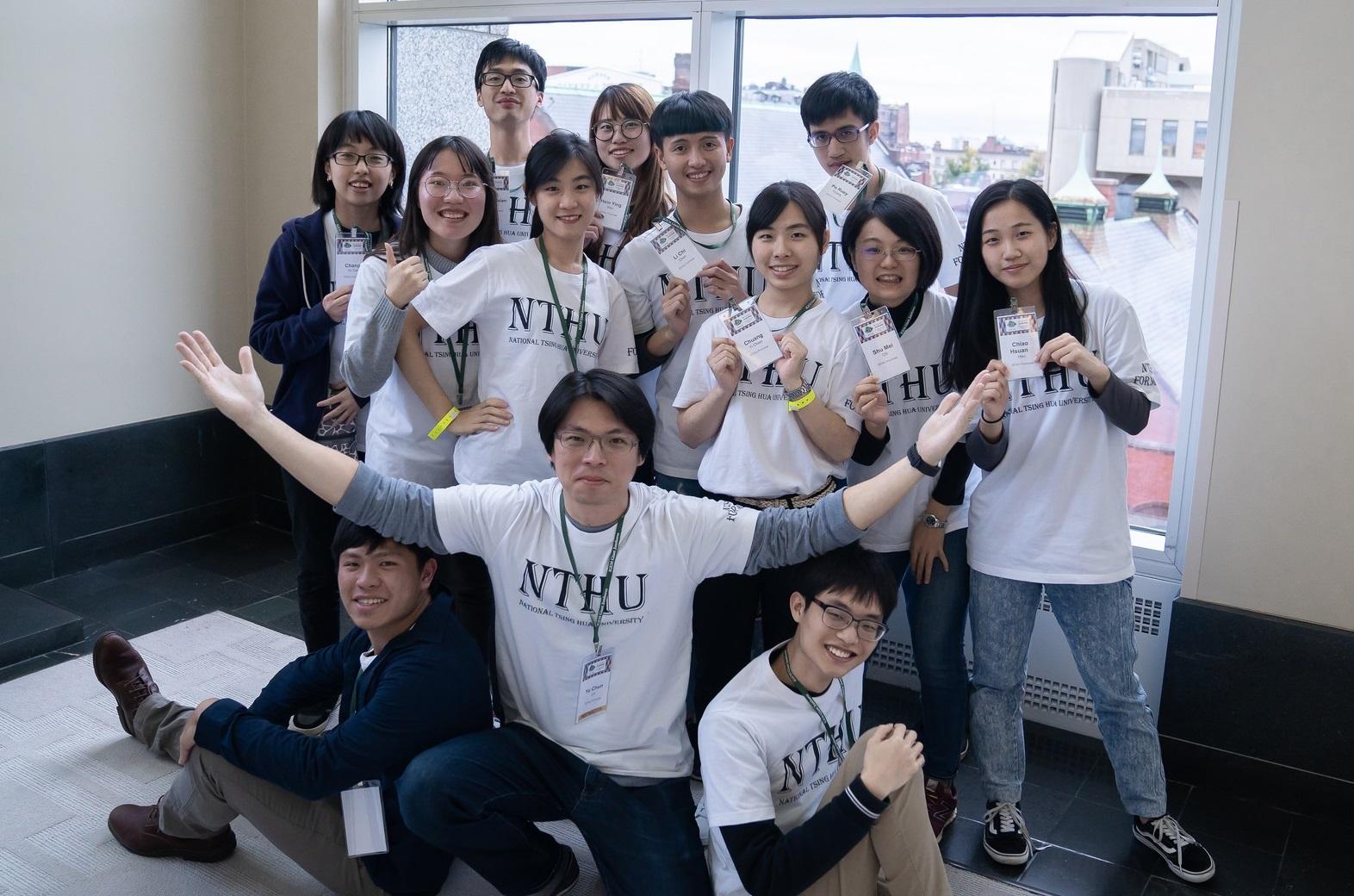 清華大學醫學科學系老師林玉俊(前排中)帶領NTHU Formosa跨領域團隊在Igem競賽中奪得金牌 (圖片來源: 清華大學)