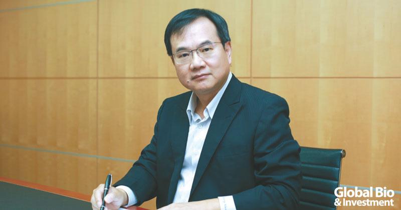 瑩碩董事長王建治對投入研發的預算毫不手軟,組建臺灣最大規模的製藥劑型技術研發團隊。(圖/瑩碩生技提供)