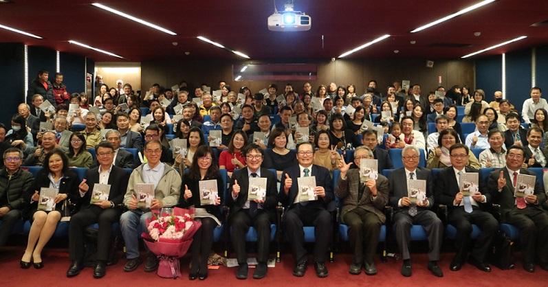《世上最快樂的工作》新書發表,杜元坤行醫哲學:人的價值,在於捨得付出。(照片由讀書共和國提供)