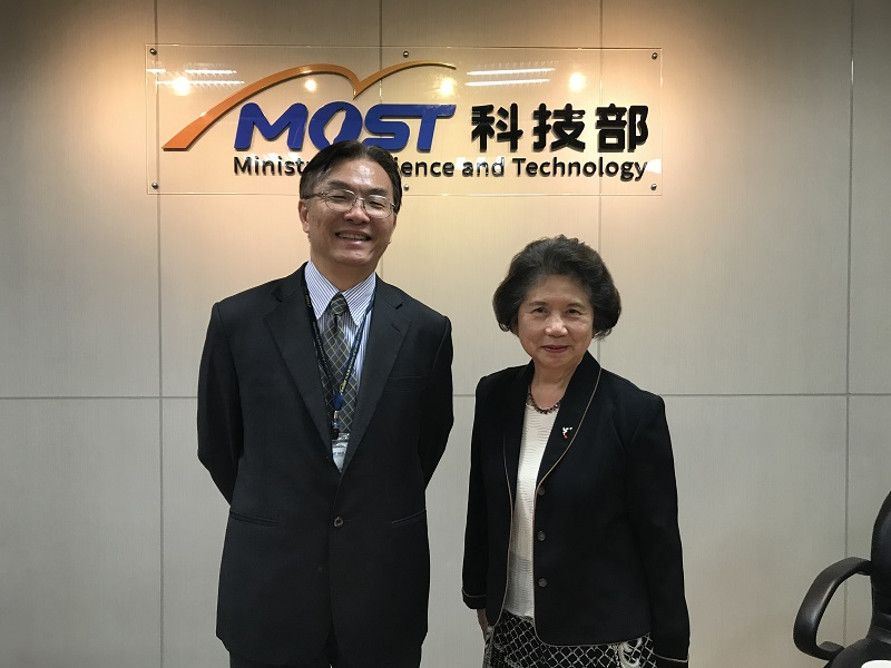 科技部生科司莊偉哲司長(左)與陳鈴津教授