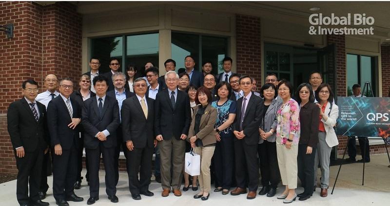 行政院政務委員吳政忠(左五)帶領台灣代表團28人,參訪QPS位於美國德拉瓦州紐華克的實驗室,由總經理徐大功(左四)接待。(攝影/林容先)