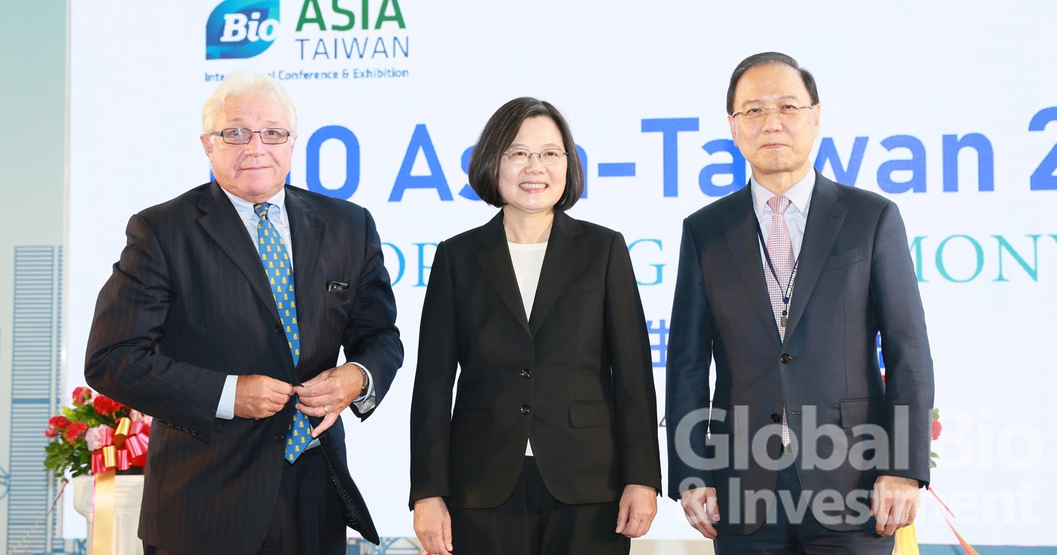 左起:全球BIO主席James Greenwood;總統蔡英文;台灣生物產業協會理事長李鍾熙。(攝影:彭定凱)