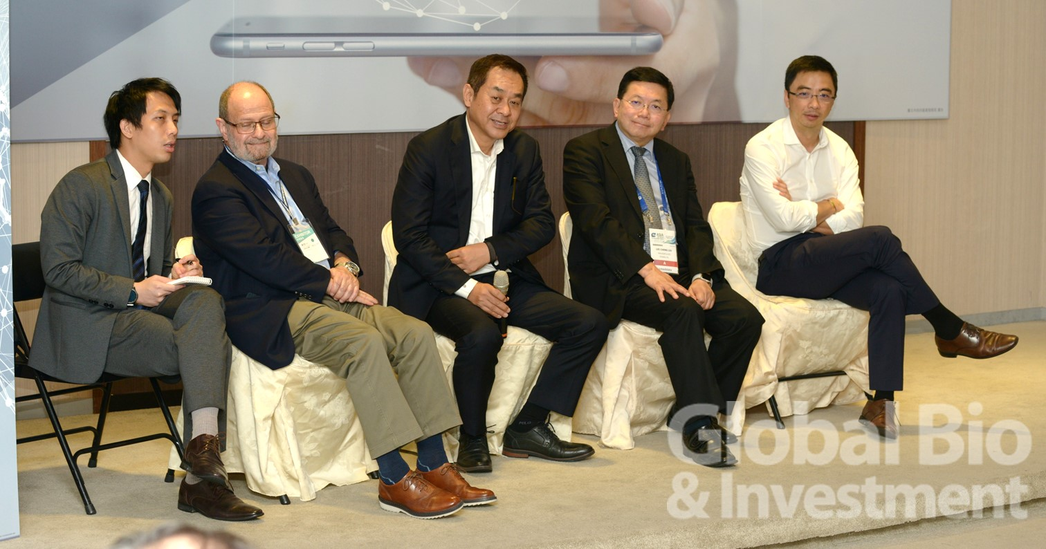 在壓軸座談中,講者們談論有關生技新創團隊如何和投資市場順利銜接。右起: 台灣微脂體總經理葉志鴻、台康生技總經理劉理成、香港生物科技協會于常海主席、前美國FDA醫療對策倡議主任Alan Liss。(攝影:林嘉慶)