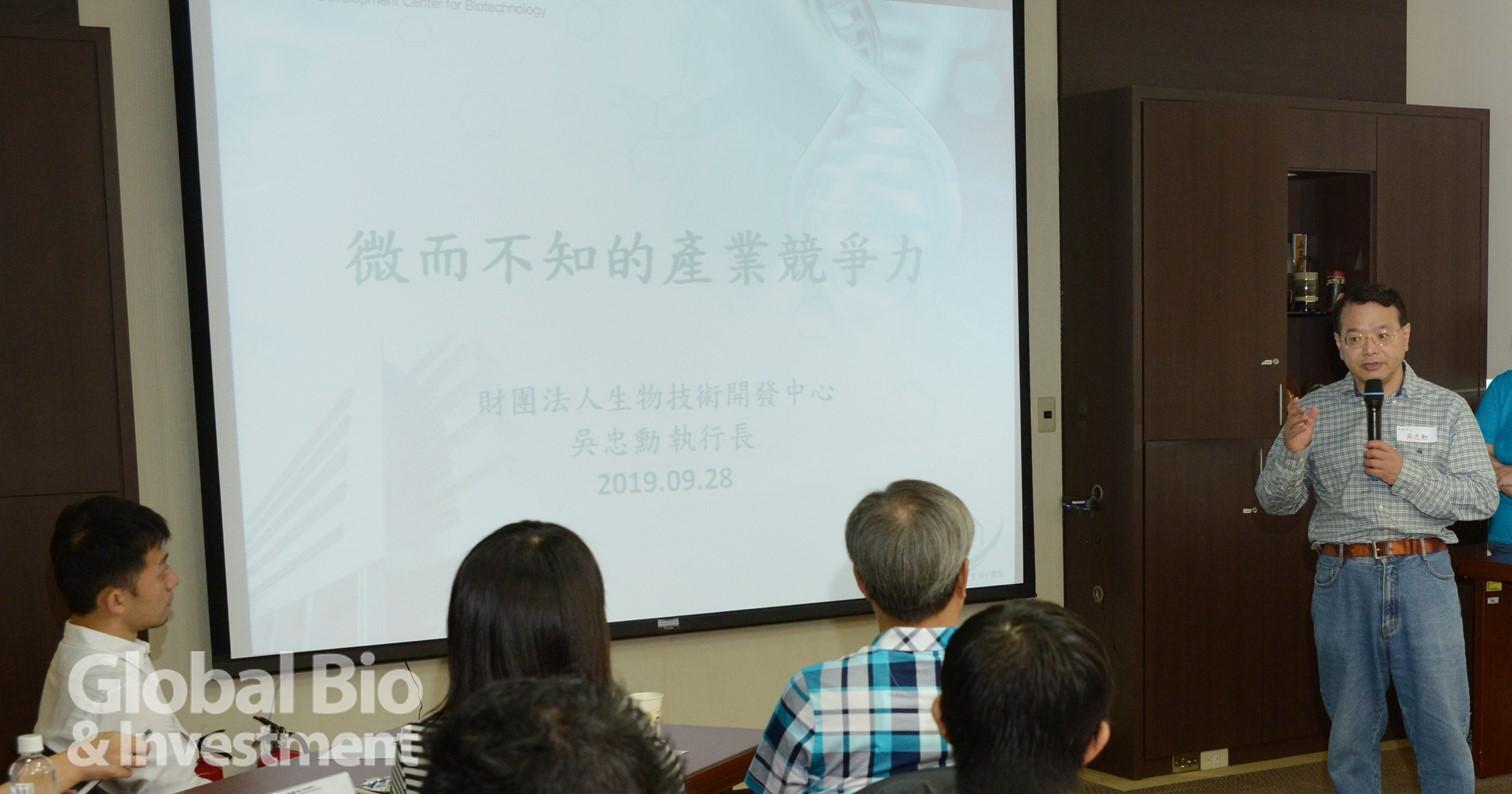 財團法人生物技術開發中心執行長吳忠勳,以巨觀的視角分析臺灣生技製藥產業的競爭力,做為課程的開場。(攝影/林嘉慶)