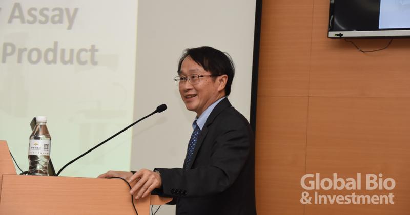 艾默生醫總經理李幸懋,首先以細胞治療產品生物特性鑑別、與效價分析方法開發為題演講。(攝影/巫芝岳)