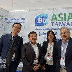 生物產協秘書長黃博輝(右)與部份團員在BIOEurope合影(圖/產協提供)