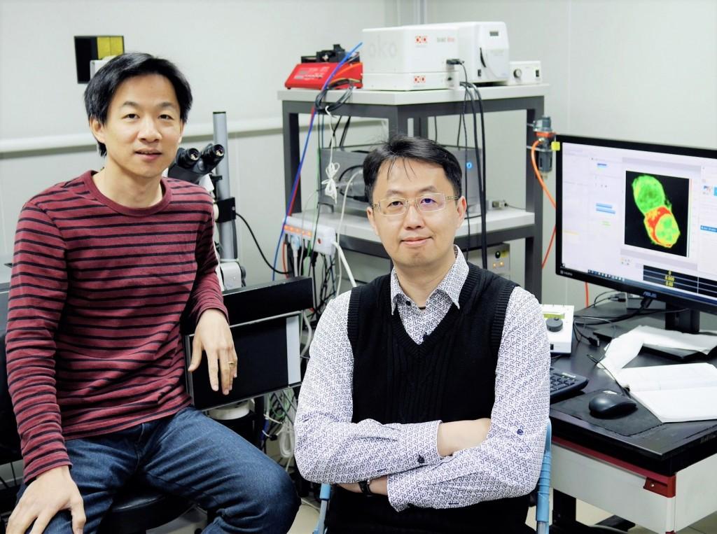 第一作者中研院化學所何瑞玉博士(左)、通訊作者黃人則副研究員(右) (圖片來源:中央研究院提供)