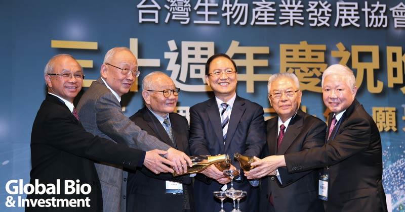 台灣生物產業協會慶祝30周年特別邀請歷任理事長一起同台出席慶祝活動。
