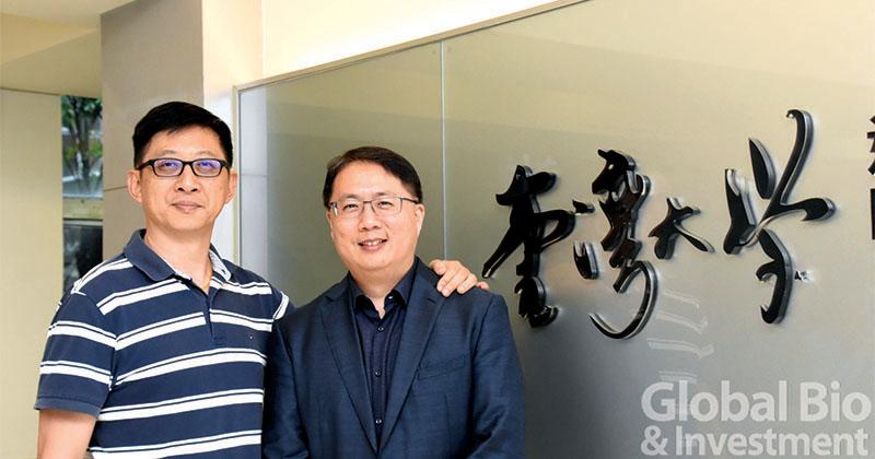 圖說: 臺大PMBM學程李心予主任(左)與畢業生候選陳宏申博士(右)。