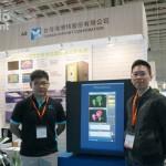 圖說:海博特於 2019 年亞太農業技術展中展示全球首創「環控型植物活體高光譜 3D 影像分析儀」。圖右為農科院植物所副研究員陳柏安博士。