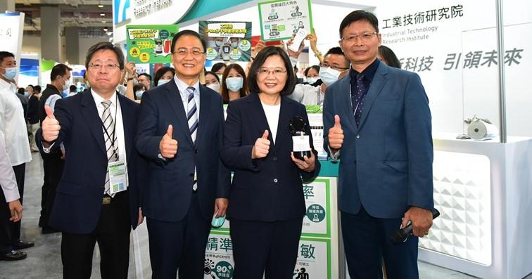 工研院生醫與醫材研究所所長林啟萬(右二),向總統蔡英文展示「iPMx分子快速檢驗系統」特色。(圖/工研院提供)