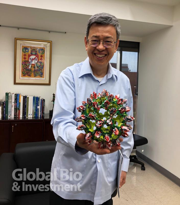 前副總統暨中央研究院院士陳建仁,手上拿著的是中研院基因體中心製作的新冠病毒結構折紙模型。(攝影:吳培安)