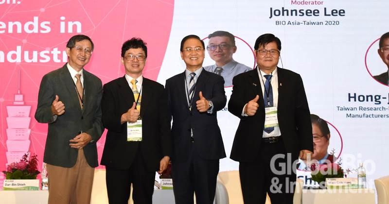 (左起:台灣研發型生技新藥發展協會(TRPMA)理事長張鴻、科技部政務次長謝達斌、生物產業協會理事長李鍾熙、中央研究院洪明奇院士。攝影/吳培安)