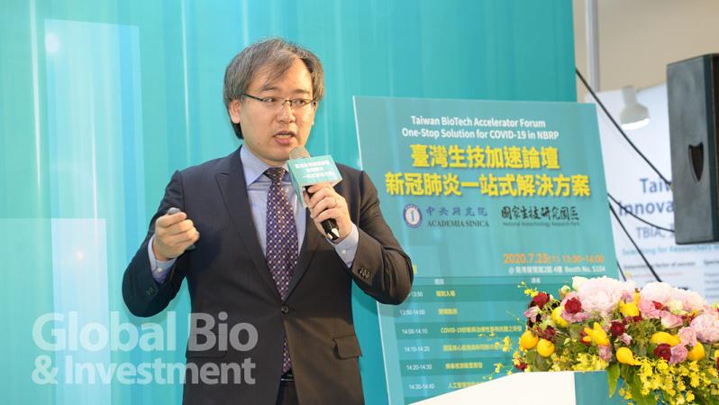 財團法人生物技術開發中心副所長莊士賢指出,生技中心合成的Favilavir已經與國內cGMP等級原料藥廠與製劑廠進行授權。(攝影/林嘉慶)