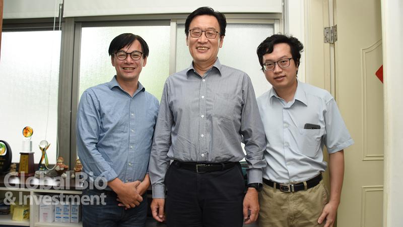 李百祺帶領研發處團隊籌畫生技展「臺大館」。圖左為研發處產學合作總中心沈湯龍主任。
