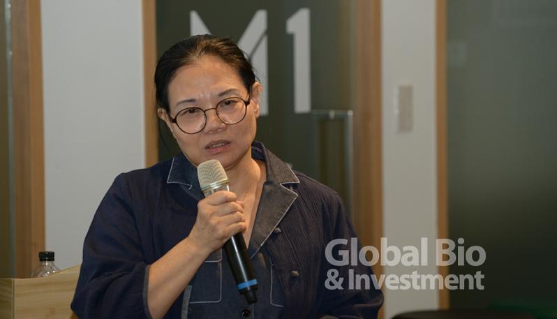 貝爾克斯生技公司執行長張秀鳳以「治療腫瘤植物新藥開發及臨床一期試驗經驗分享」為題。(攝影/林嘉慶)