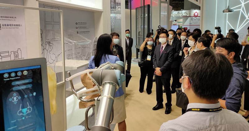 鈦隼公司展示精準鼻咽採檢手臂,加速醫護人員篩檢效率,同時降低防護物資的耗損。(圖/本刊資料中心)