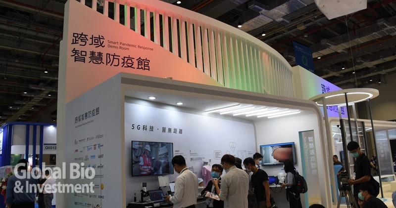 「跨域智慧防疫館」本次展出囊括39項防疫創新科技產品、30家臺灣廠商成果。(攝影/吳培安)