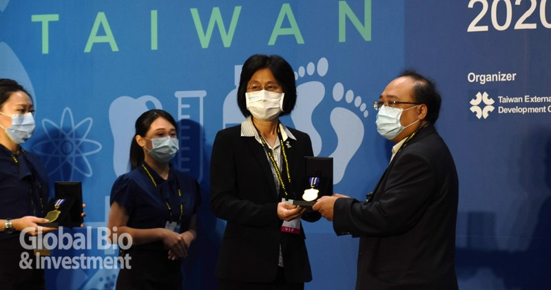 經濟部陳怡鈴主任秘書(右二) 於開幕式中頒發獎章,感謝防疫國家隊的業者及公會在疫情中的貢獻。(攝影/吳培安)