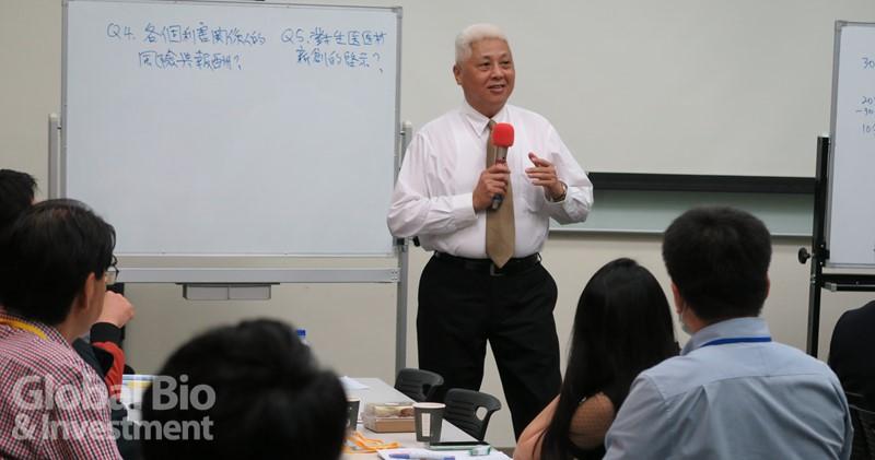 陽明交通大學管理科學系朱博湧榮譽教授,帶領學員針對美國哈佛商學院課堂中最為經典的商業模式教案。(攝影/吳培安)