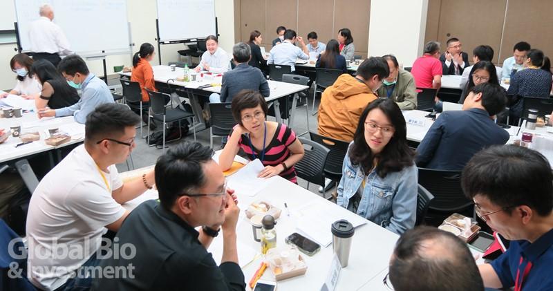 學員背景來自產、醫、研、金融、創投,綜合討論相當熱絡。(攝影/吳培安)